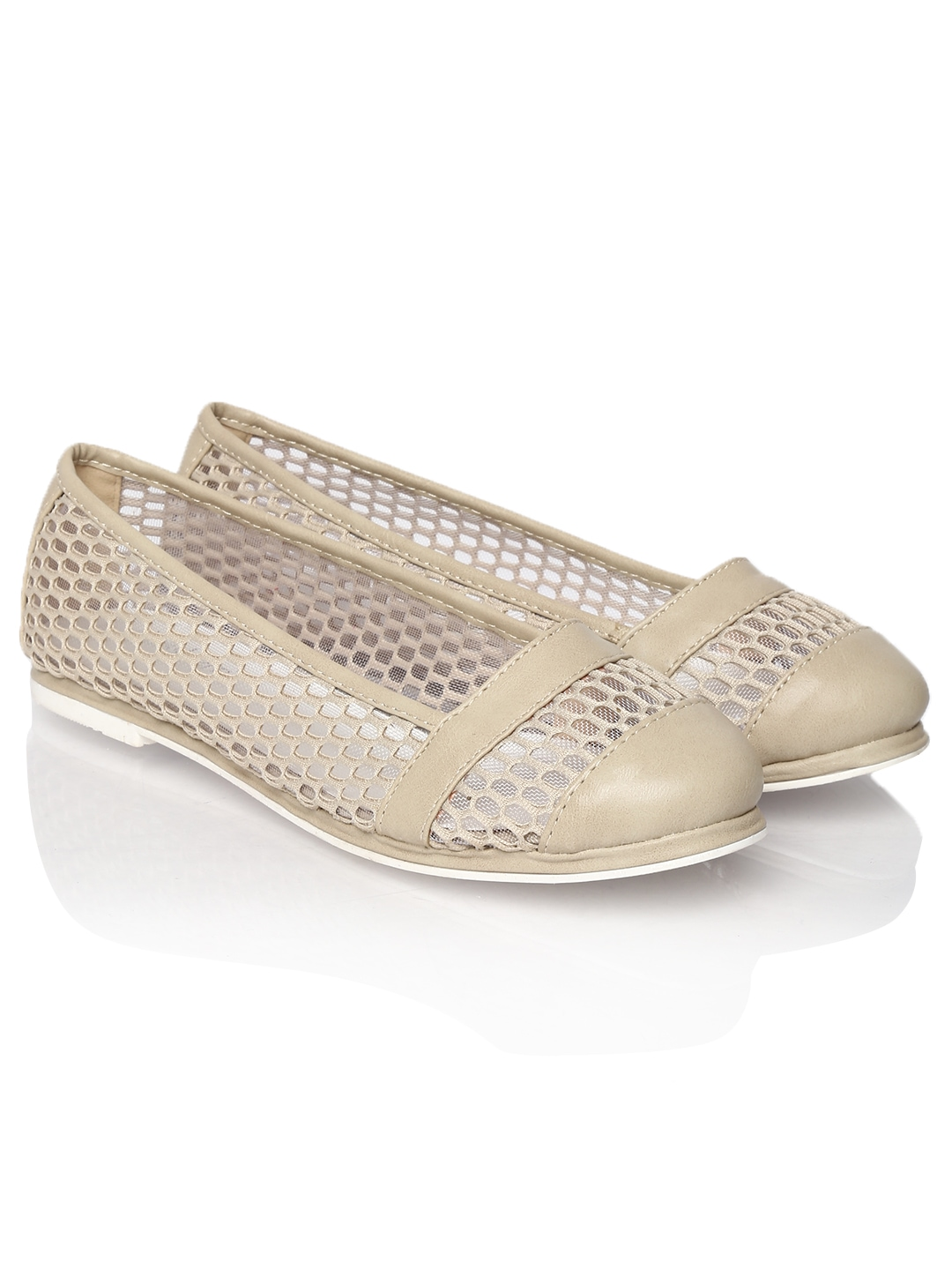 Shop our collection of flats online at Macy's. Browse the latest trends and view our great selection of black flats, white flats, red flats, fashion flats & more.