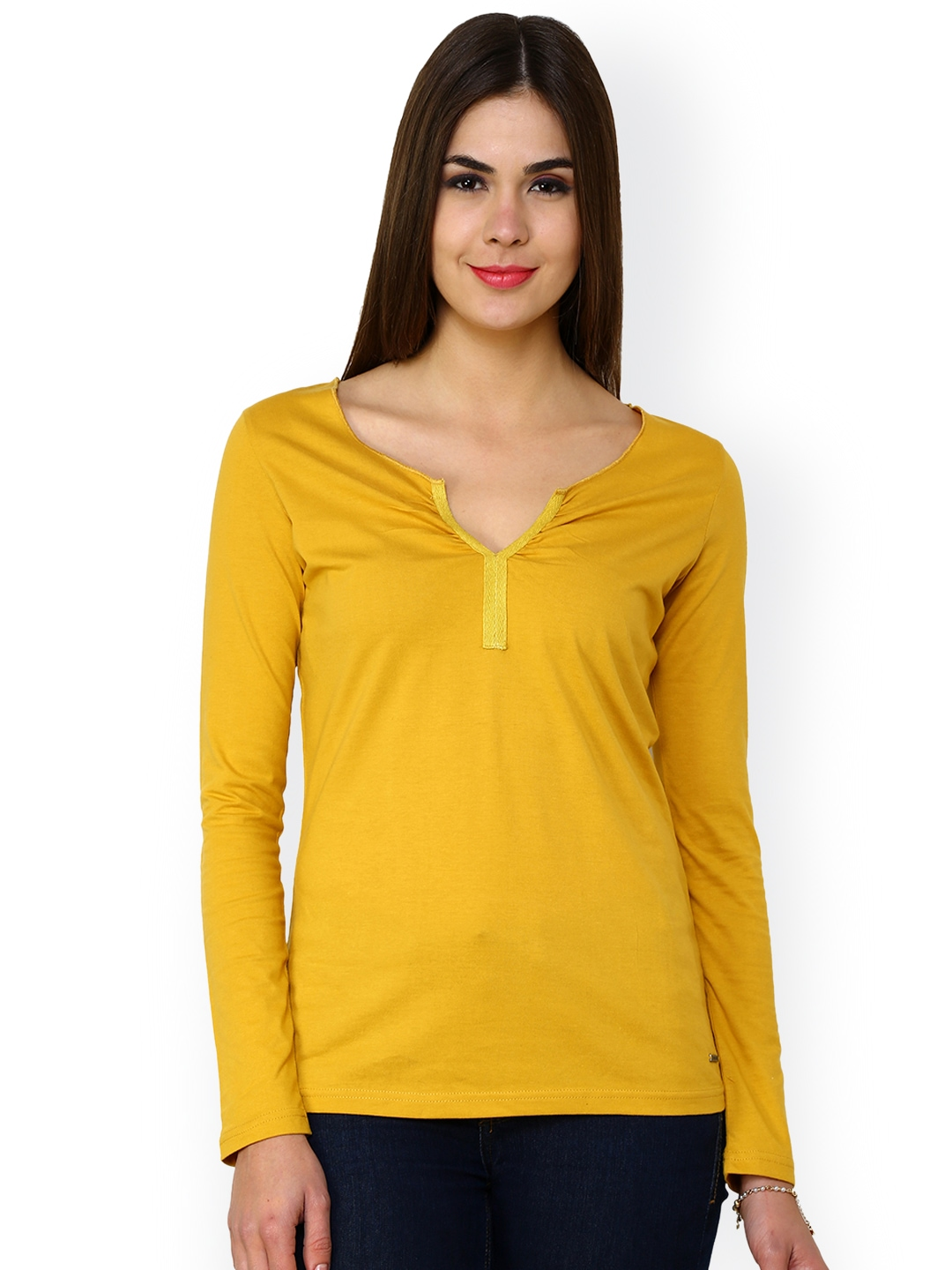 Yellow robe tops can be purchased in Canifis from Barker and his store, Barkers' Haberdashery. The robe tops come in five different colours; grey, red, yellow.