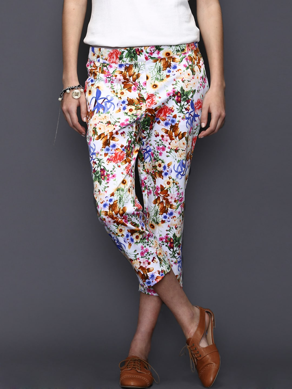 SELA Women Multicoloured Floral Printed Capris