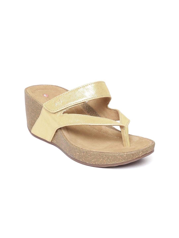 d217ccb106fd Clarks Wave Pop Golden Metallic Sandals for women - Get stylish ...