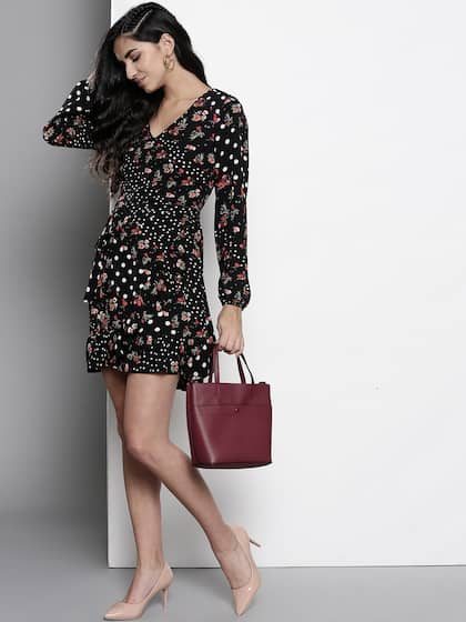 9dec57018c61 DOROTHY PERKINS Women Black   Red Floral Print Fit and Flare Dress