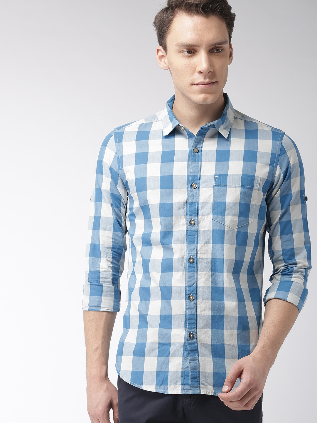 606d1fec6f52 HIGHLANDER Men Blue & White Slim Fit Checked Roll-Up Sleeves Casual Shirt