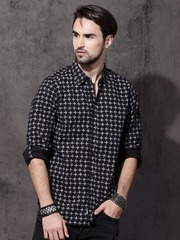 31856265d6c Roadster Men Black   White Regular Fit Printed Casual Shirt